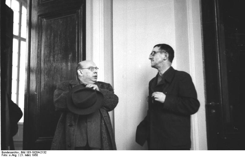 Bertold Brecht med kompositören Hanns Eisler, 1950.
